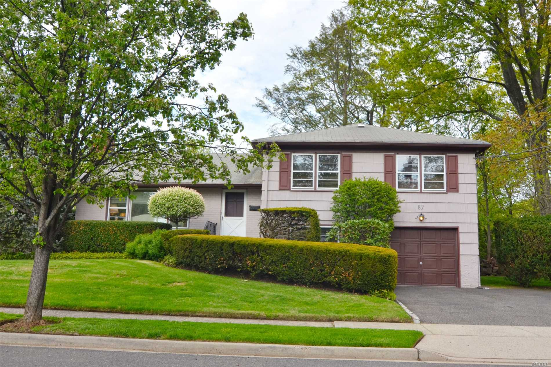 Desirable peaceful Morewood Oaks 4 bedroom 2.5 bath Split close to school and shops. New heating system. Oil tank in basement.