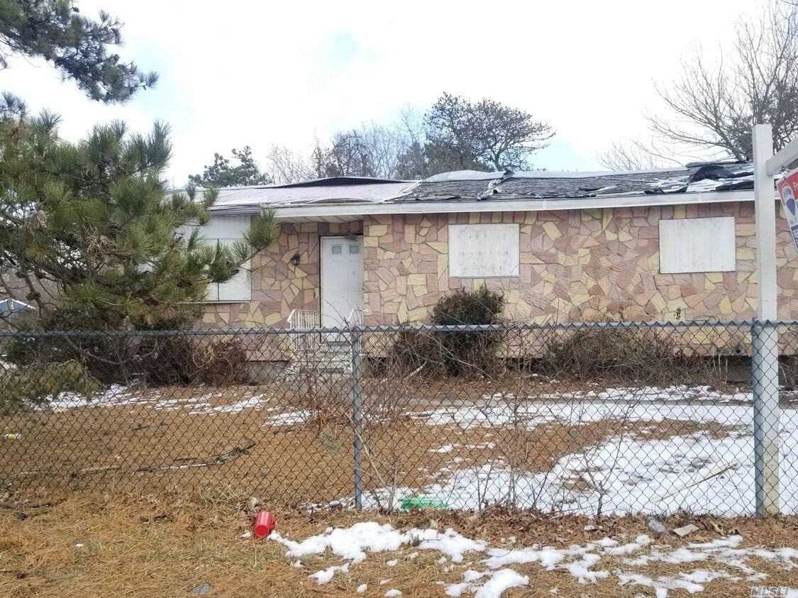 Ranch with 6 Rooms 4 Beds and 1 bath . Wyandanch Schools. Close to shopping, transportation and major roadways