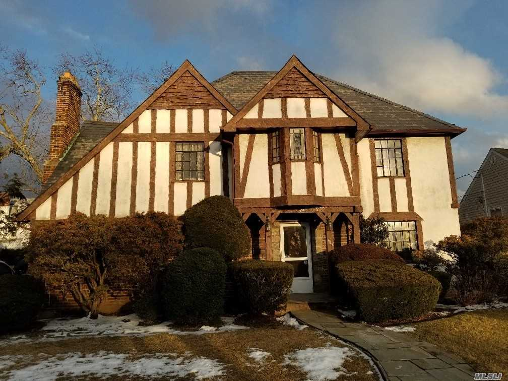 Charming tutor located in a great area and an award winning school district. Large master bedroom with 2 other generously sized bedrooms. Cozy living room with a fireplace. Nice backyard for entertaining.