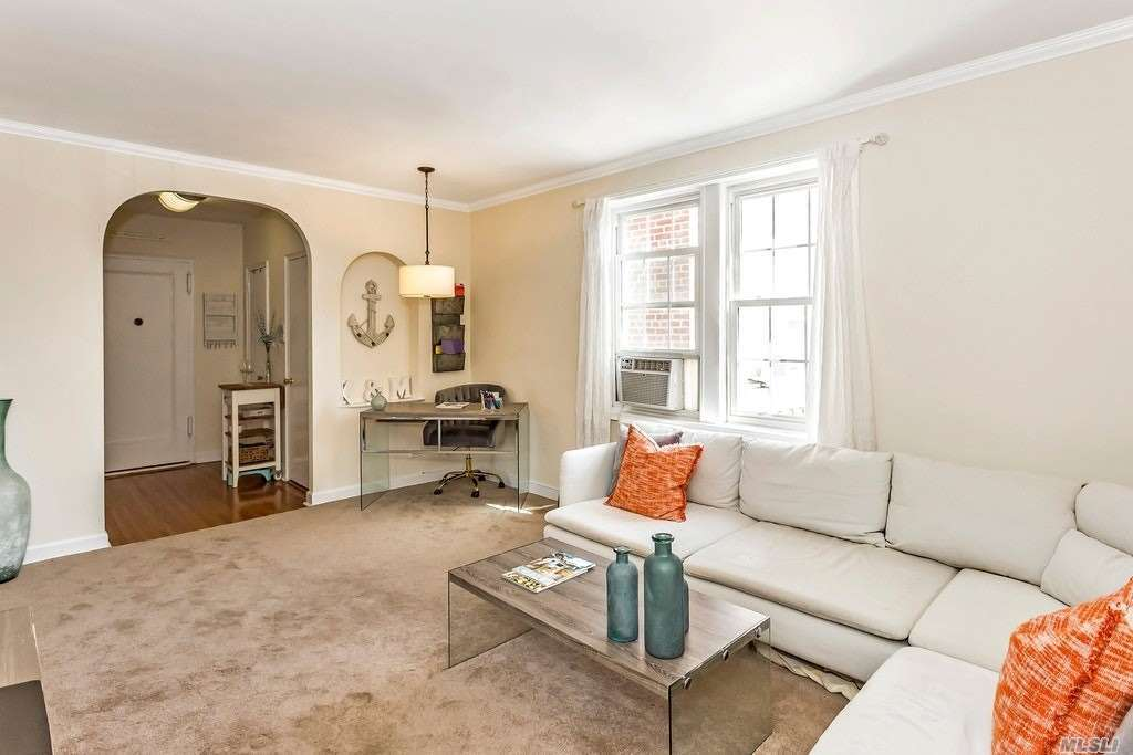 Perfectly appointed Gaynor gardens apartment in Manhasset! Bright and Spacious 1 bedroom corner apartment with updated kitchen, ample closet space, many windows throughout. Great location near LIRR to Manhattan, all shopping and restaurant. Heat And Taxes Included.