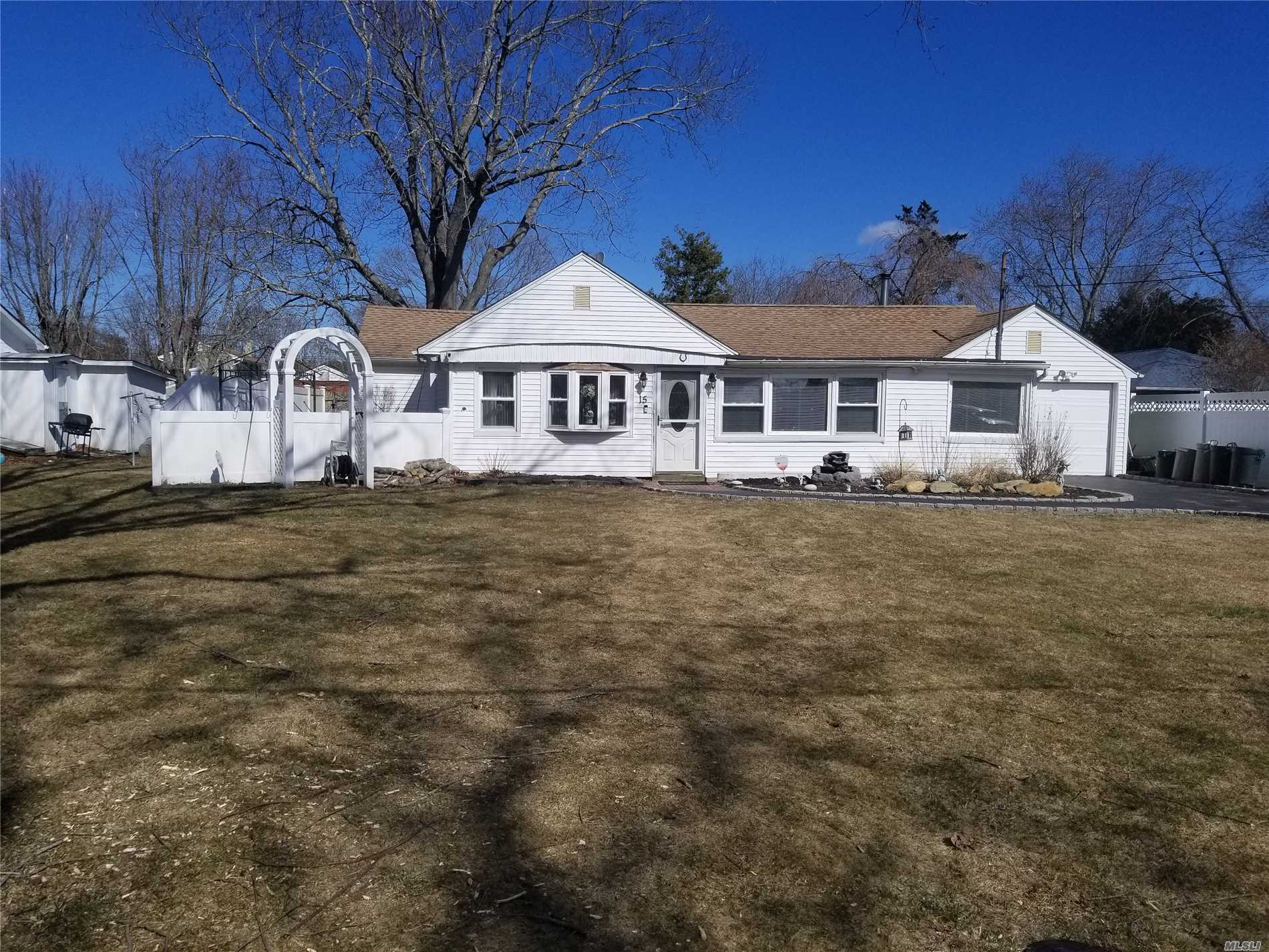 Mint Spacious Ranch, clean and ready for you, burner 7 years old, freshly painted, 2 of the bedrooms are master size with walk in closet, Private dock rights are available, fishing docks and beaches, private backyard New PVC fence, electric is new, new washer and dryer. Peaceful Setting