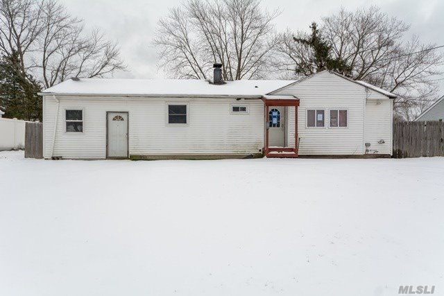 Looking for a great opportunity? Look no more! This property has tons of potential. Its located close main roads with easy access to local amenities. This property won't last so act fast.