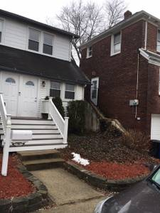 FULLY RENOVATED, NEW KITCHEN, NEW BATH, HARDWOOD FLOORS, 1 BEDROOM WITH SMALL DEN, GREAT NEIGHBORHOOD, CLOSE TO LAKE AND TRANSPORTATION