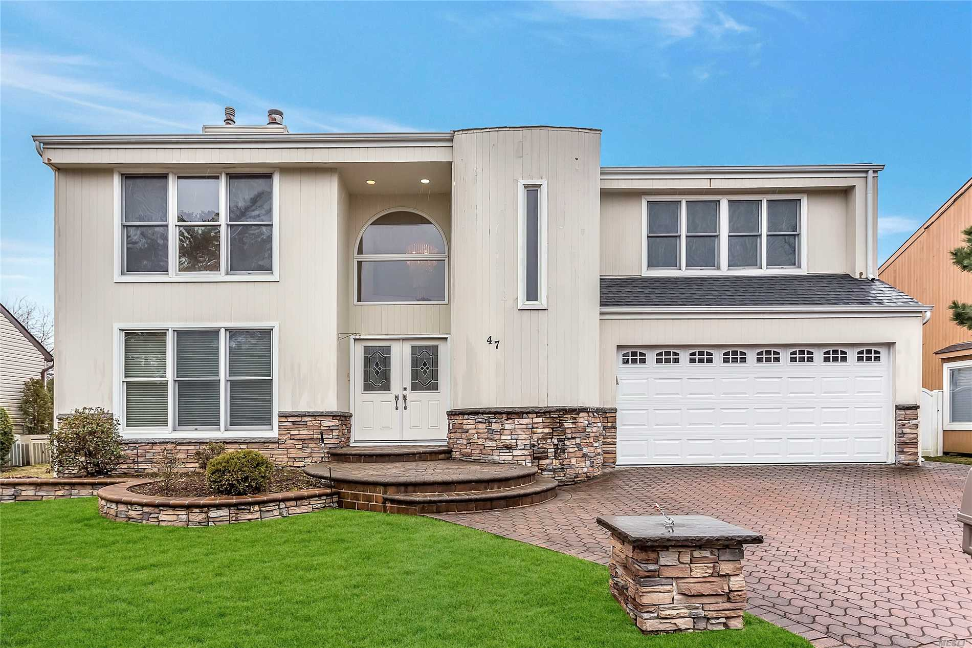 A True Entertainers Delight. Spacious Contemporary Colonial In Syosset's Campus Estates. 2 Story Formal Entry With Celestial Windows. Wood & Stone Eat In Kitchen With New SS Appliances.Pass Thur Fireplace in Den to LR. Large Rooms Many With Vaulted Ceilings. Full Large Finished Basement. New Roof, Siding & HWH. Community Tennis & Pool. Robbins ES, Thompson MS.