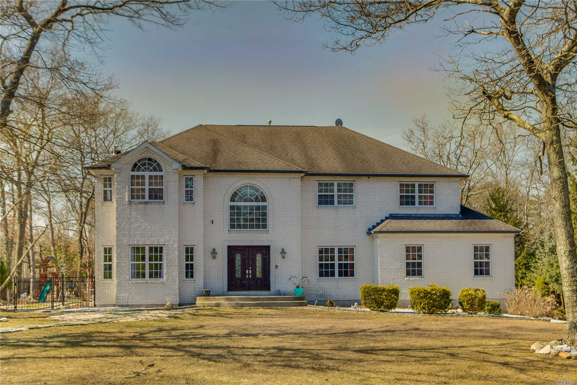 Huge luxurious colonial situated on 2/3 acre resort-like property in the private Horizon at the Hamlet. Featuring gleaming hard wood floors, gourmet EIK, Frml Dr, sunken LR W/ fireplace, Exquisite master bdrm with en suite bath and double WICs, double height open foyer, attached 2 car garage, second large MBR option for 1st floor, custom trim & detail work throughout, large Finished lower level/Basement With 2 outside entrances and possibility for M/D if permits obtained. Convenient to parkways.