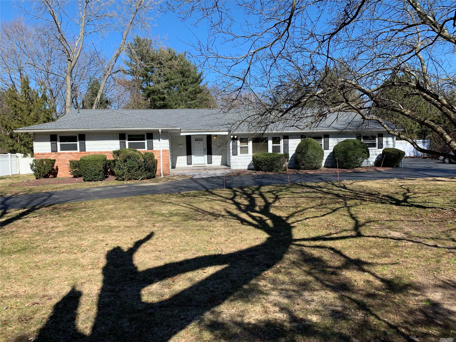 Expanded 4 Bedroom, 2.5 Bathroom Ranch on 1 Perfect Acre! Hardwood Floors! Granite EIK! SS Appliances! Brand New Mstr Bath! Bonus Rms! Finished Basement! New Roof! New Refrigerator And Cooktop! Close To All Including Shopping, LIRR & Golf Courses! Famed Syosset SD!
