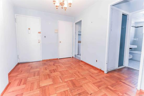 One bedroom in the heart of Long Island City! Laundry room in the building. Parking available. Close proximity to the N/W train stop, as well as shopping and night-life on Broadway. Minutes from Astoria Park and Socrates Sculpture Park on Vernon Boulevard.