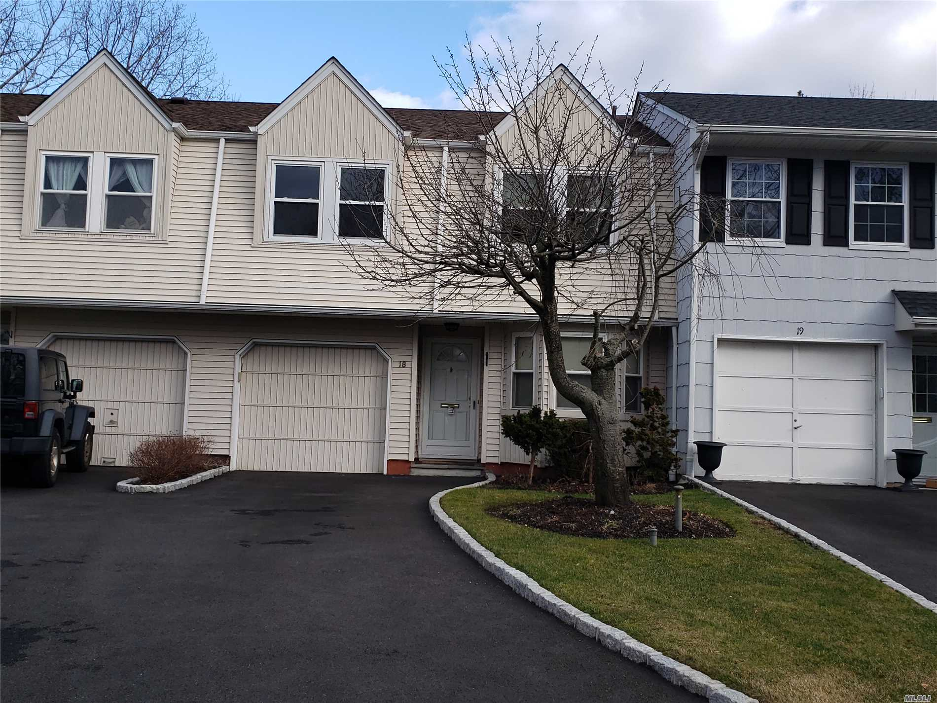 Beautiful townhouse locate in Jericho very spacious for a family to enjoy excellent school district.