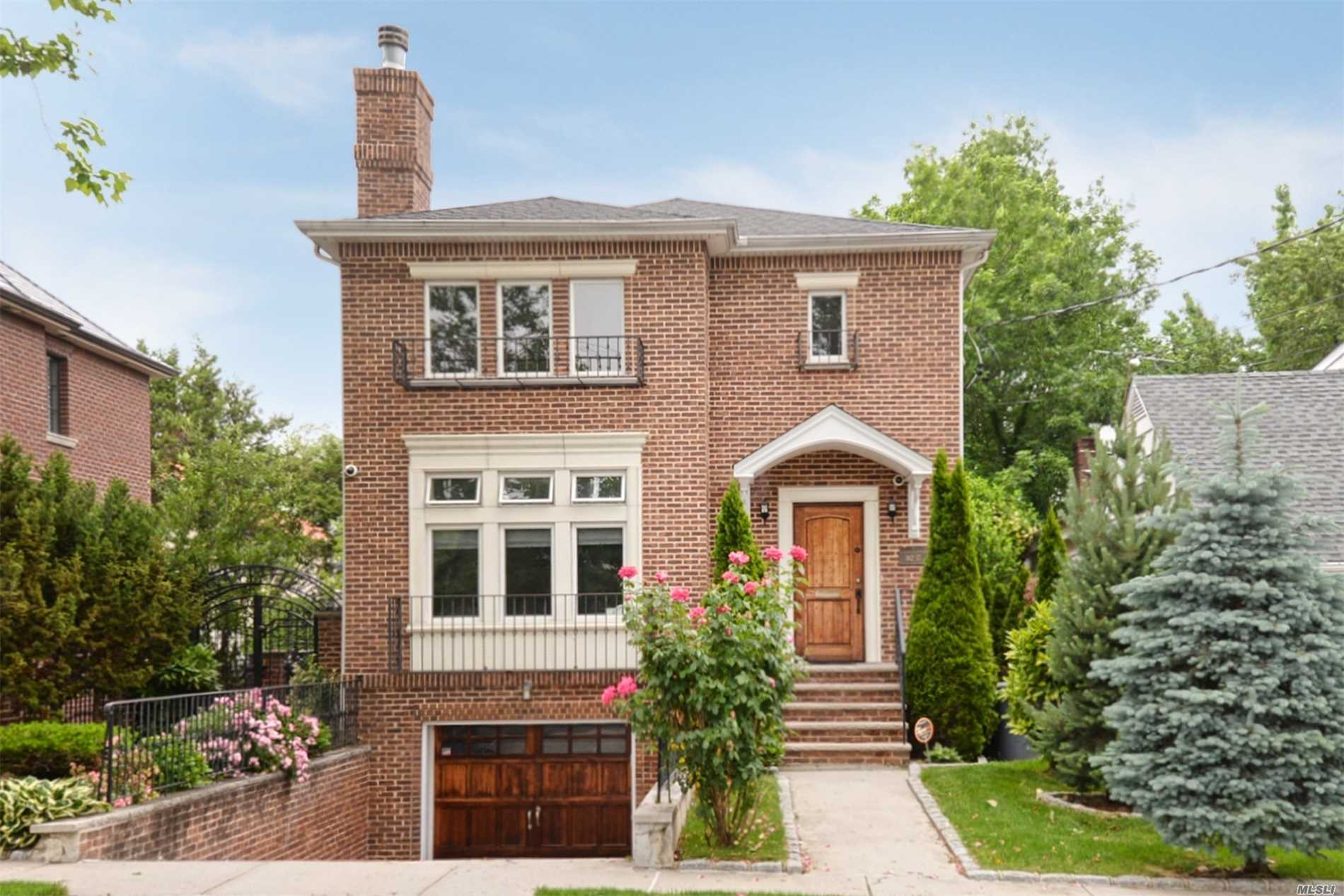 Beautiful condition home in the exclusive Robinswood area of Beechhurst. House in aaa condition with heated driveway.