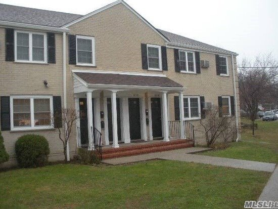 Beautiful 2 bedroom in Estates of Bayside Coop. Hardwood floors, well maintained kitchen, no flip tax, pet friendly!