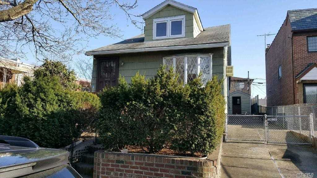 Beautiful Detached Whole House in the heart of Rego Park, close to the subway and shopping areas. Near major stores such as Home Depot, Cosco, and Queens Center Mall.20 Mins away from Manhattan. Close to M and R train.