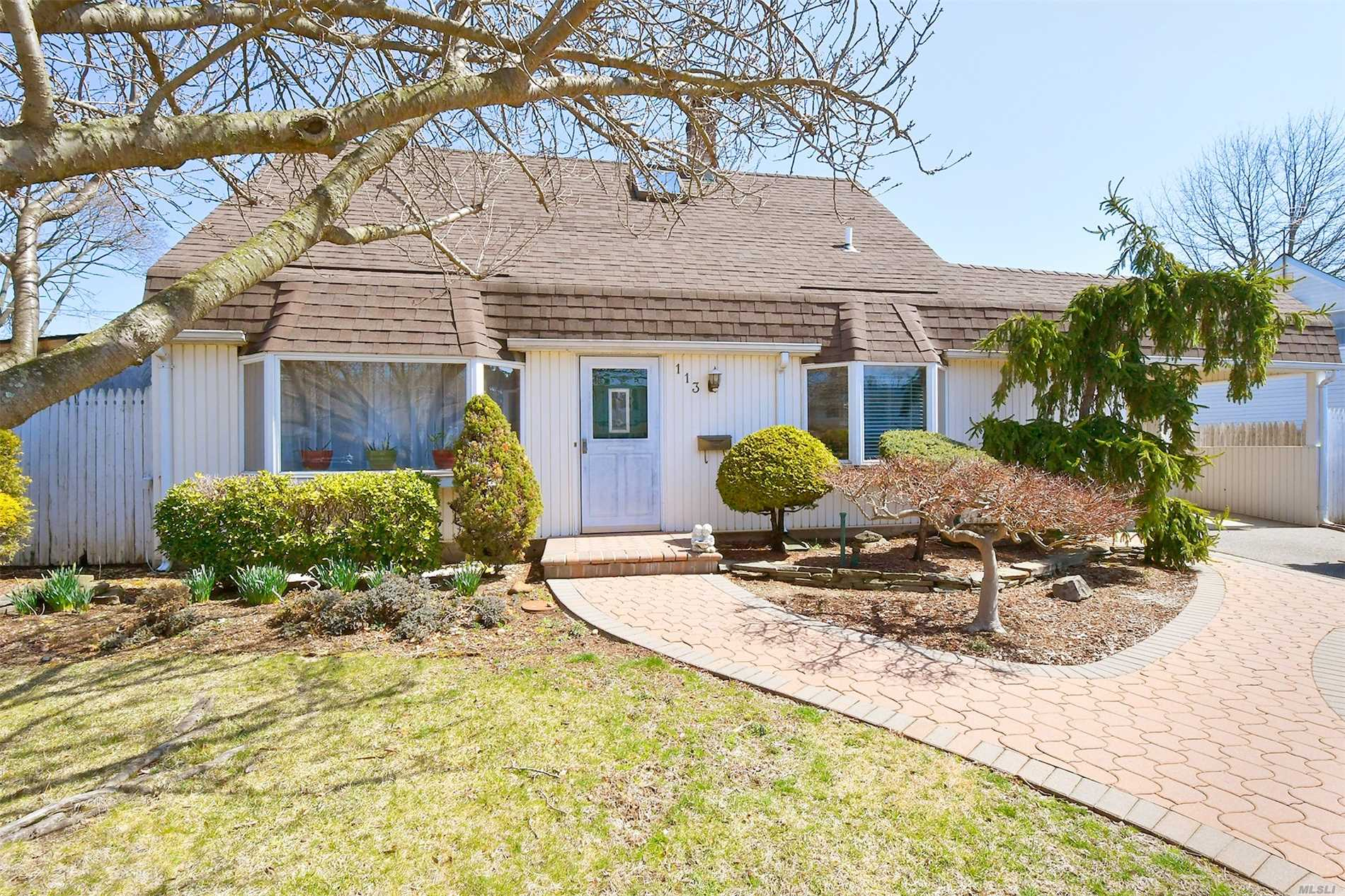 Meticulously Maintained Spacious Cape Featuring Updated Kitchen & Baths, Formal Dining Room, Master on the Main Floor, CAC, IGS in front, 200 Amp Electric, Fenced In Yard, Expanded Driveway, Dont Miss This Great Home w/ Lots of Entertaining Space in Award Winning Island Trees Schools!