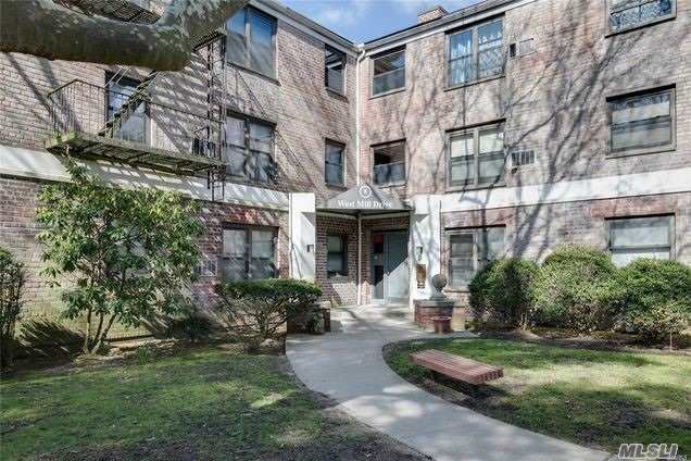 Upper Level Spcaious 1 Bedroom In The Beautifully Lnadscaped Community. Completely Redone Full Bath. Unit Comes W 1 Deeded Parking Spot. Laundry Rm In the Basement. Newly Done Community Room, IG Pool, Play Ground, Basketball Court. Great Neck South School. Close to LIRR, Shopping and All.