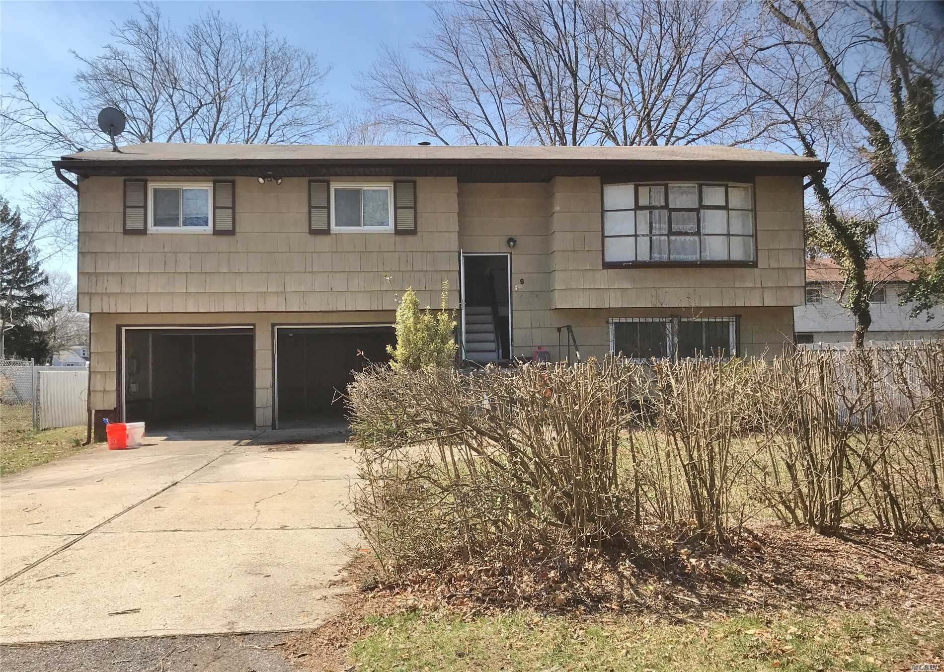 This 3 bedroom, 1.5 bath Hi-Ranch is convenient to LIRR and the Long Island Expressway. Needs work. Good Bones.