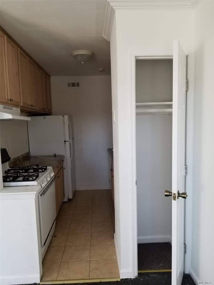 Upper Unit in Artist Lake gated community. 1Bdrm, 1 Bath, Lr/Dr combo. Cac, community pool, clubhouse, tennis court. Close to shopping, restaurants, etc. Longwood school district.