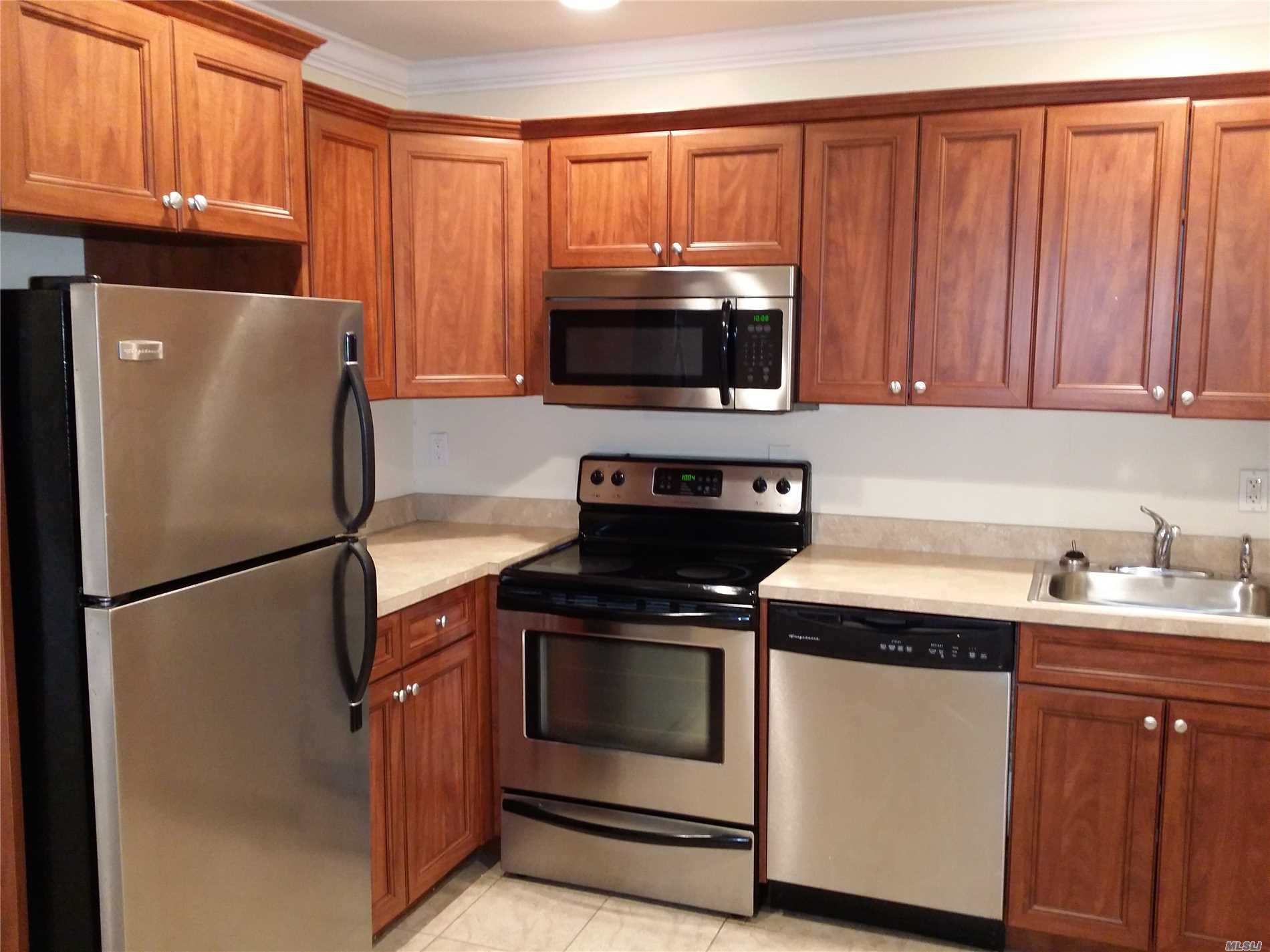 Villa Style, Single Story Luxury Studio, 1 & 2 Bedrooms.New Kitchens With Tuscan Style Cabinetry W/ Stls Stl Appl Including Dishwasher & Microwave, A/C.Minutes From Lirr.Walk To Shopping, Library, Heckscher Park & Connetquot State Park.Convenient To Sunrise Hwy, Montauk Hwy And Southern State Pkwy.Prices/policies subject to change without notice.