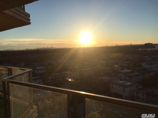 One bedroom junior on high floor with amazing views. Prime location at the Americana which offers 24 hour doorman, parking, on site salon, dry cleaners, store, health club, outdoor heated pool, & tennis. Close to express bus to NYC & local bus to LIRR & Flushing.