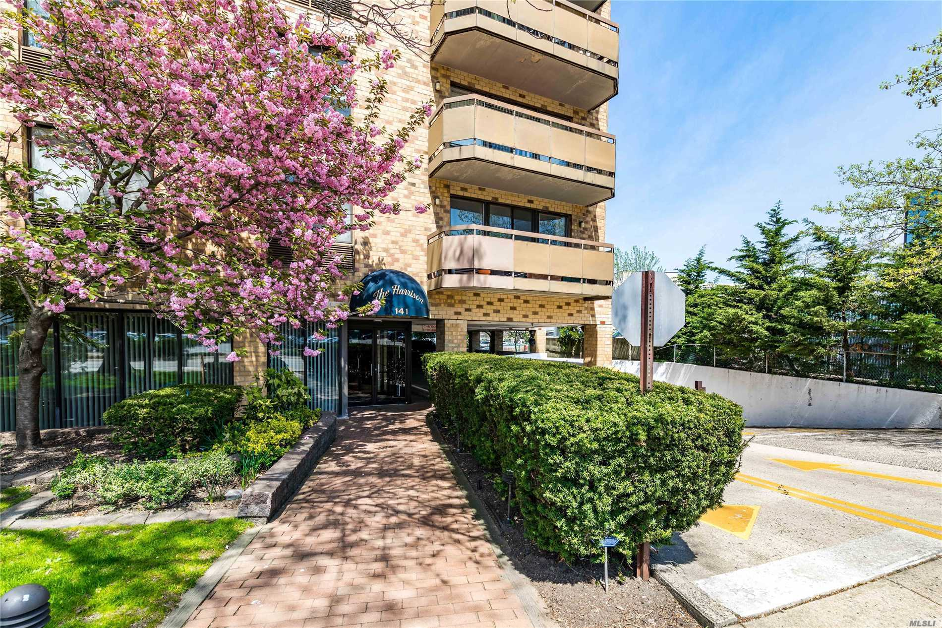 Great Neck. Large Junior 4/1.5 Bath Apartment in the Heart of Great Neck. In-Unit Washer/Dryer. Elevator Condo with 24 Hour Doorman! Very Close Proximity To Great Neck LIRR, Shopping, Dining, Restaurants, and Much More!