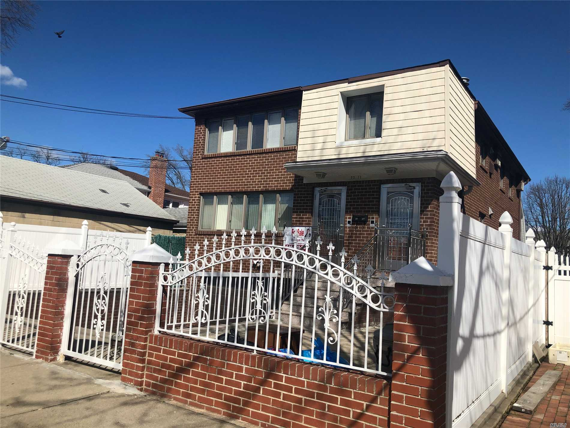 Great location! Beautiful 2 family house walk distance to supermarket, bus stop and shop.....closed to major highways!