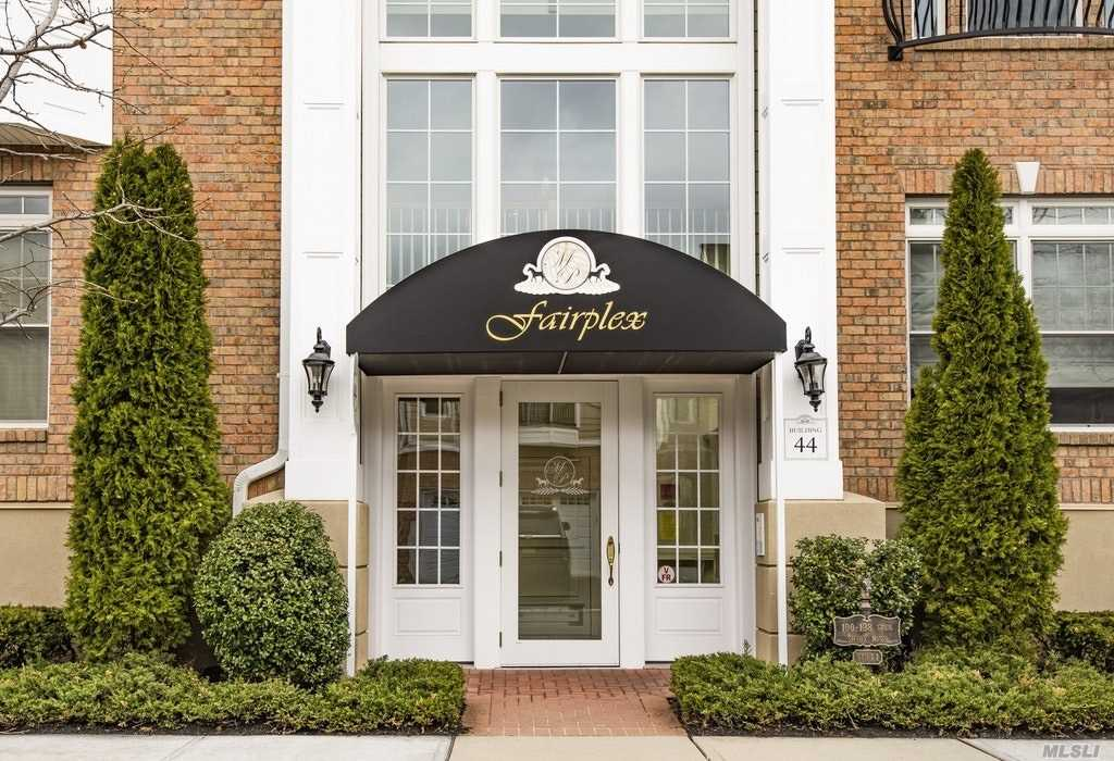 Lovely light and bright 2 bed 2 ba Carlyle Model. Upgrades thru out. Mdgs, granite, h/w floors. Great Location!! Don't miss this one!!