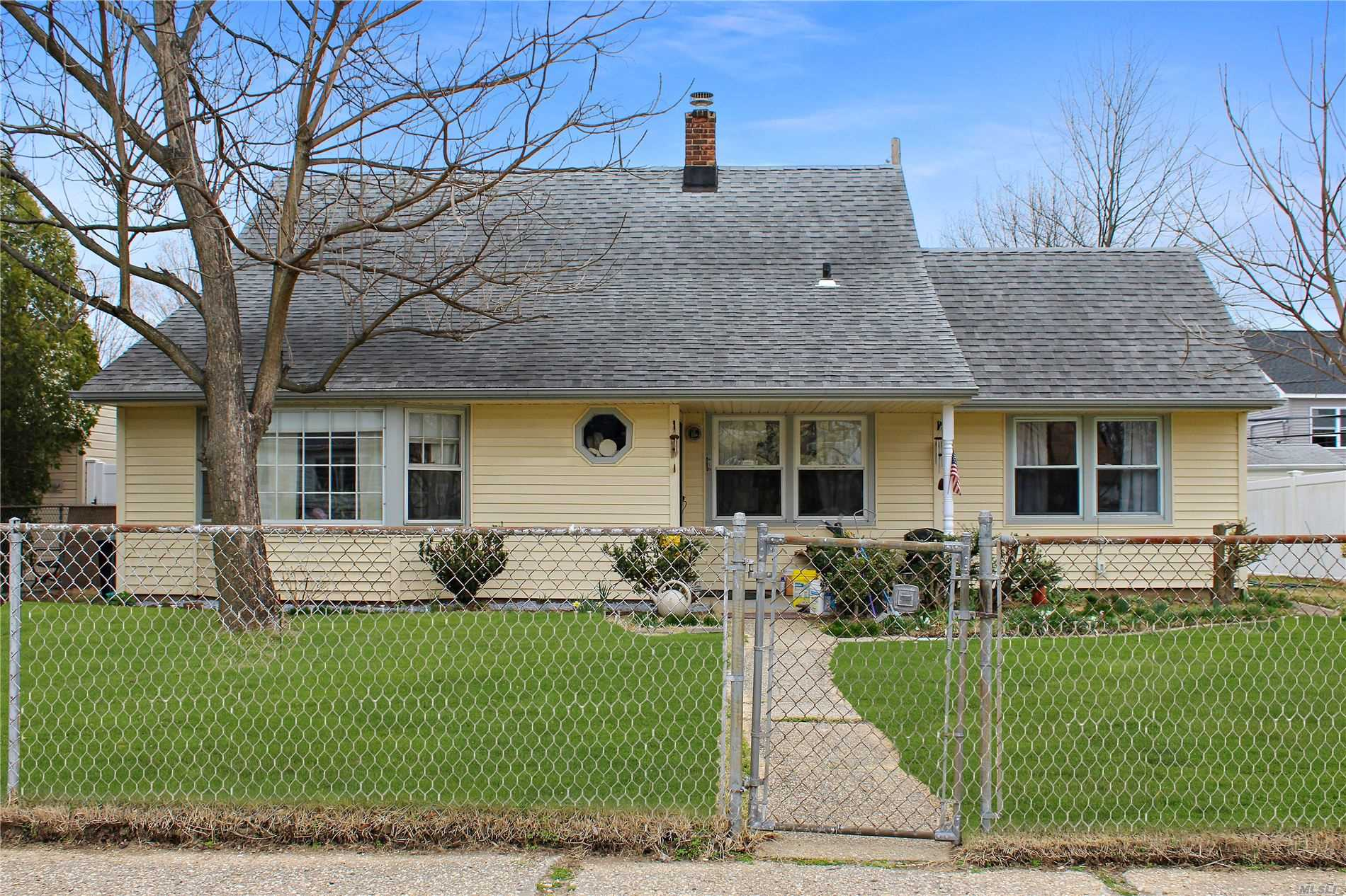 4 BR, 2 BTH CAPE. CLOSE TO ALL. 3.5 MILES TO LIRR. FORMAL DINING ROOM, LARGE EXPANDED LIVING ROOM W/ BAY WINDOW. 11 YR ROOF AND SIDING. 3 MINI SPLIT AIR/HEAT UNITS IN HOME. Come See Today.