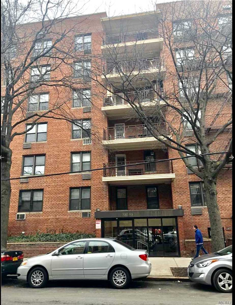 prime location! This 1 bedroom unit is located in the heart of Flushing. Building is impeccable maintained with part-time doorman. coined operated washer/dryer. close to subway, LIRR, restaurants, and supermarkets.