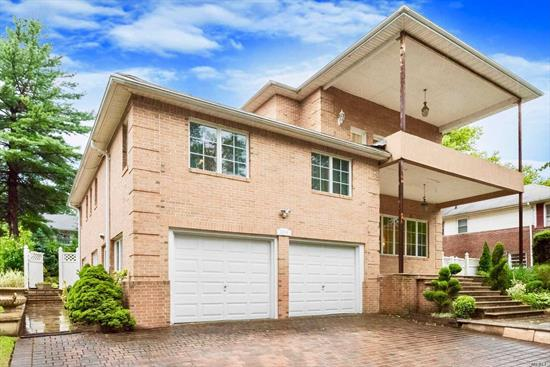 This spectacular split level features 4 bedroom and 4 bathroom. This home is perfect for both indoor and outdoor entertaining. Spacious formal dining room and living room with 11.5' ceiling height. It's close to transportation and Oakland lake. Top rated schools.