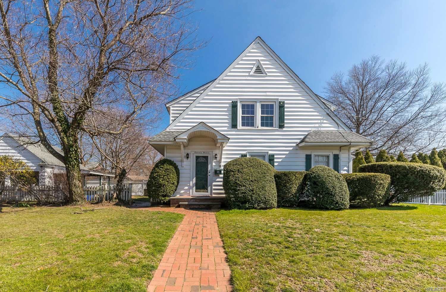 Whole House Rental-Location Location Location! Rockville Centre Schools. Newly Painted. Gleaming Hard Wood Floors Throughout. Beautiful Large Den. Full Basement for Washer & Dryer & Storage. 2 Car Garage. All Utilities Paid for by Tenant. Move in Date 4/15/19