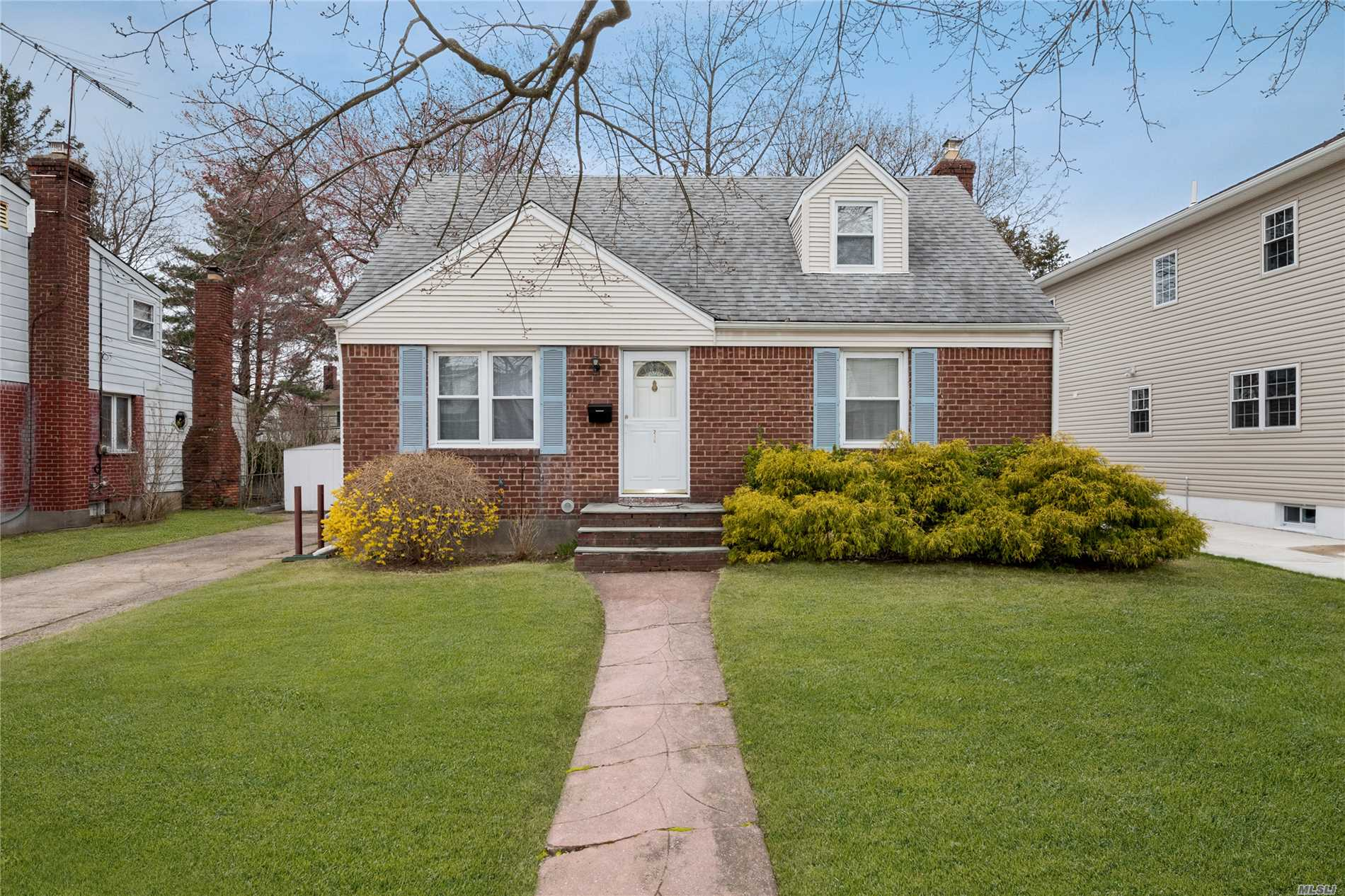 Beautiful and well maintained mid-block Cape, 4 bedrooms including 2 large beds upstairs. Large picturesque back yard. Herricks Schools.
