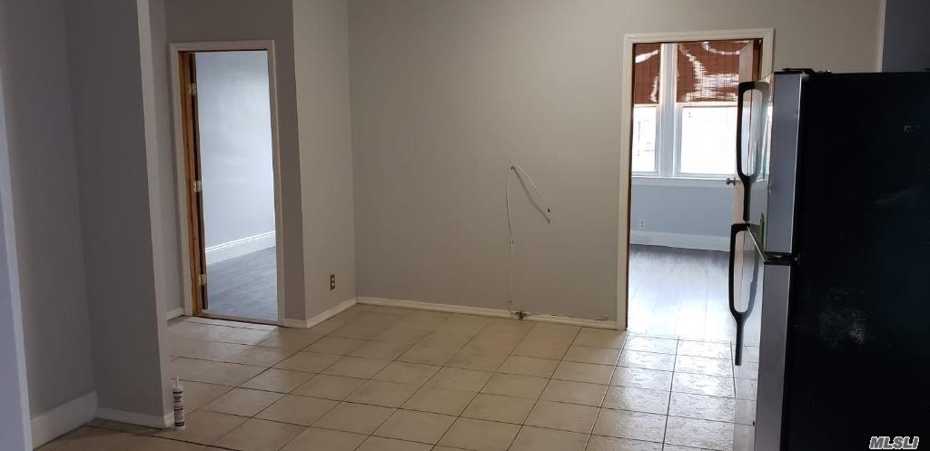 Lovely Apartment For Rent In Glendale Features Living Room/Dining Room Combo, Eat In Kitchen, 1 Bedroom W/ Home Office And 1 Full Bathroom. Heat, Water,Gas And Electric Are Included. Close To Laundromat, Restaurants, Shops & Transportation.