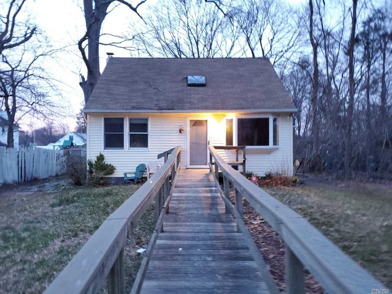 Cozy Cape with 6 rooms 3 beds and 1 bath. Half Hollow Hills Schools. Close to Shopping, Transportation and Major Roadways