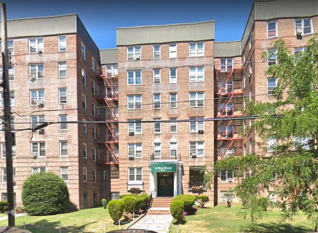Lovely Studio Apartment on Second Floor of Well-Maintained Building. Conveniently Located Near Transportation and Shopping.
