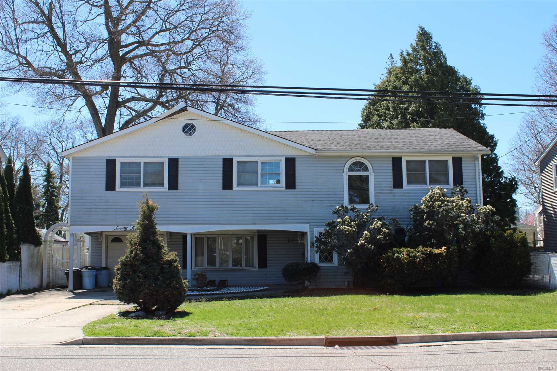Large 6 Bedroom with tons of potential , Being sold as is, Cash buyers or Rehab loan buyers only, Gas in the house