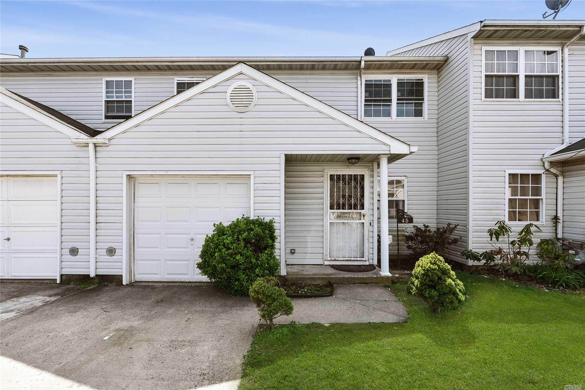 Hempstead. Updated Townhouse, New Appliances, Wood Floors Throughout.