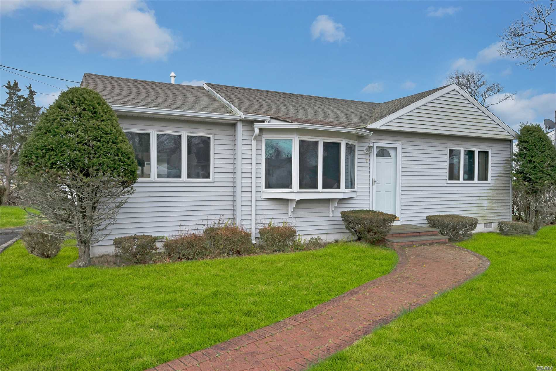 Great canal-front property boasting 2 bedrooms, 2 baths and a wonderful read deck. Fully air conditioned, it's ready for boating. jet skiing and all summer fun. Come see what this low price can get you.