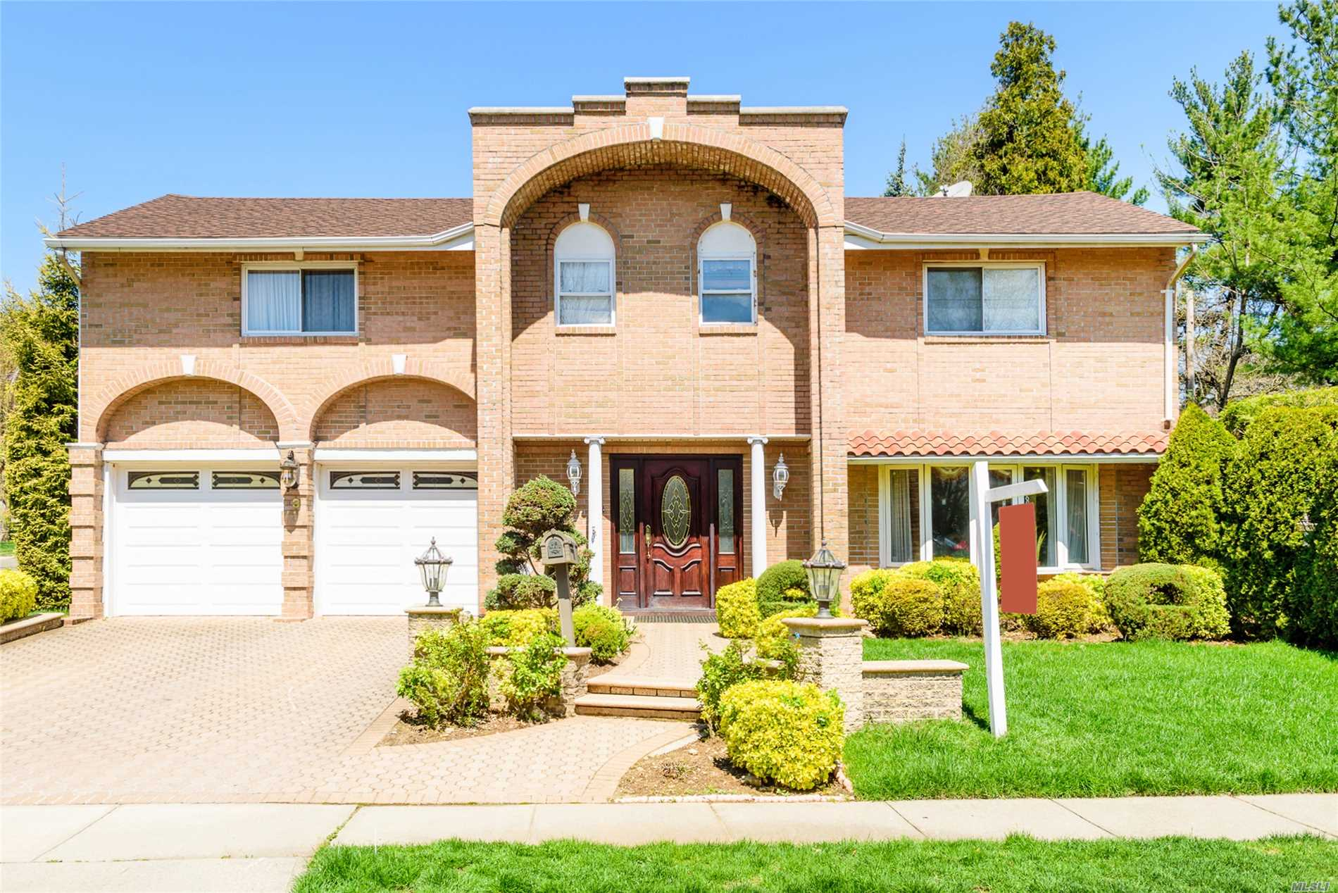 All BRICK extra large 5BR/2.5BTH Splanch located in the HERRICKS SD. House is in immaculate condition and features gleaming hardwood floors, update kit and baths, spacious rooms and a nice open layout.
