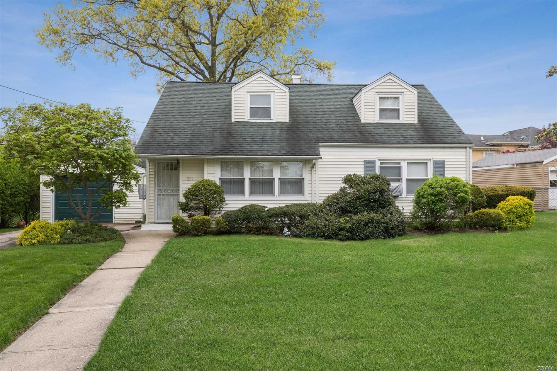 LOCATION! LOCATION! LOCATION !CHARMING CAPE ON QUIET CUL-DE-SAC OFFERS OPEN FLOOR PLAN AND OVERSIZED PROPERTY ON PARK-LIKE GROUNDS (95X125) . CLOSE TO SCHOOLS, SHOPPING, TRANSPORTATION AND PARKWAYS. PRICED TO SELL!! WON'T LAST!! GREAT POTENTIAL!!