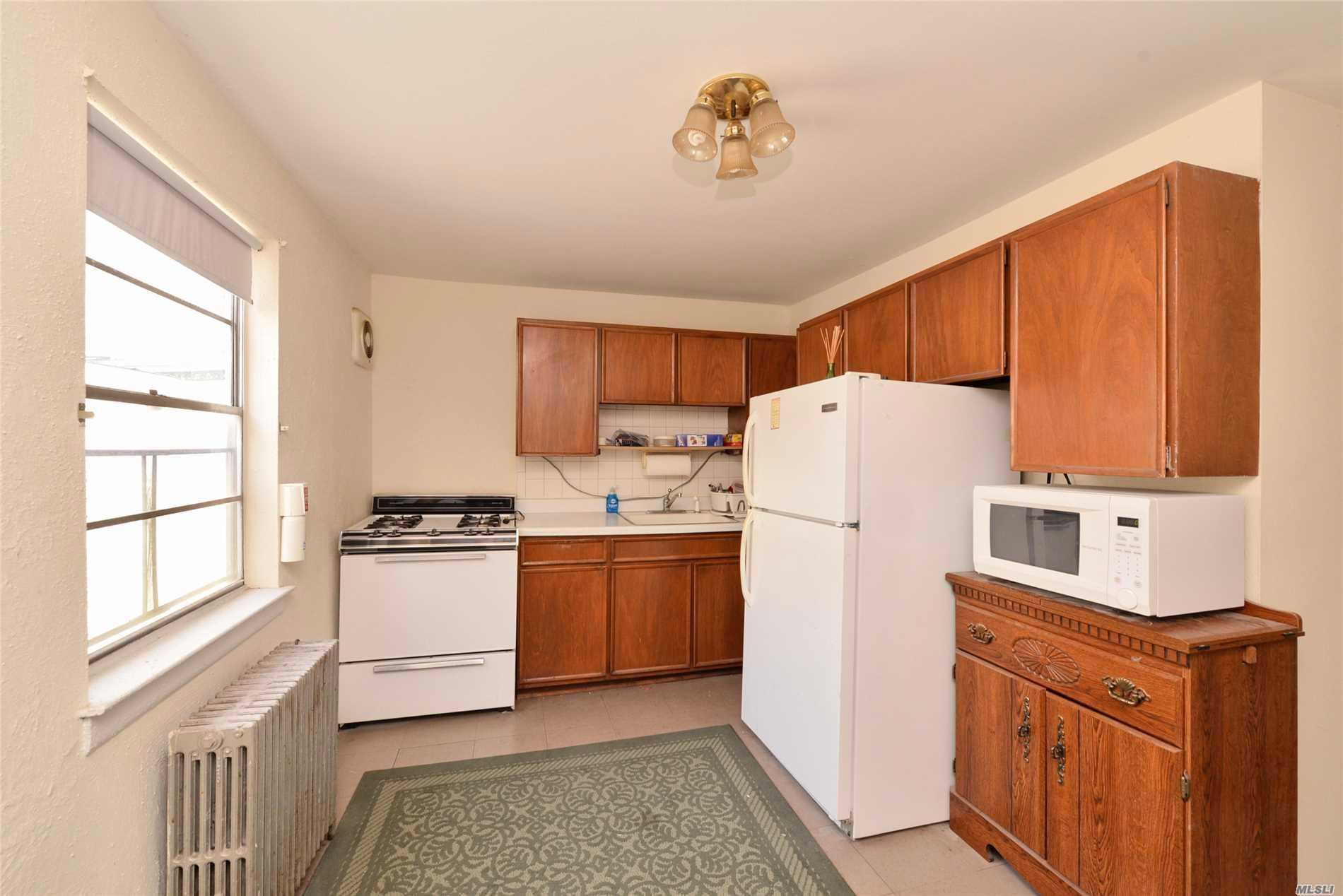 Spacious Apartment on The Second Floor In The Heart of Village Of Roslyn. Close to Shops, Restaurants, Short Walk to LIRR. Freshly Painted, Ready For Occupancy.