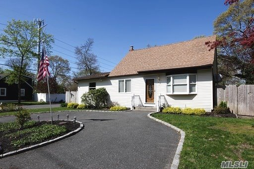 Ronkonkoma Rental. Sachem School District. 3BRS, 2 Full Baths, Living Room, Eat In Kitchen, Dining Room, Basement and Private Yard. Clean & Neat. Close to LIRR, LIE and Shopping.