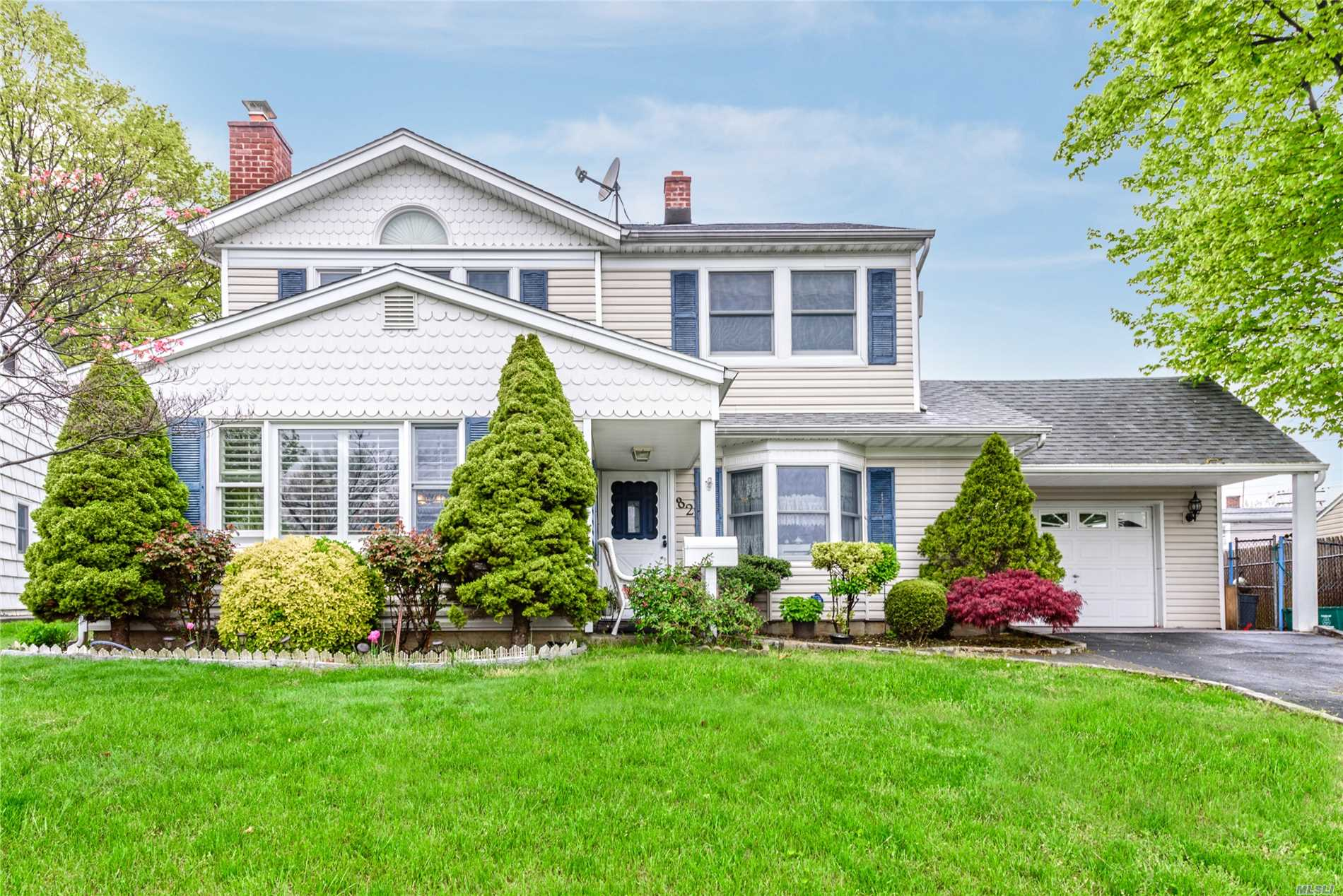Beautiful Dwelling In A Desirable Part Of Levittown. Features Living Room, Dining Room, 4 Bedrooms, 2 Full Baths, Kitchen And Den With Access To Backyard. Close To Shopping And Lirr.