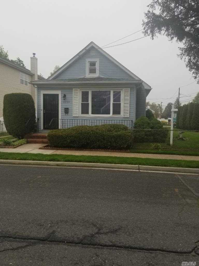 :IMMACULATELY KEPT, DIAMOND, MOVE IN CONDITION, HUGE BACK YARD, 1.5 CAR GARAGE, FULL FINISHED BASEMENT WITH SEPARATE ENTRANCE, EXCELLENT ELMONT SCHOOL DISTRICT, QUIET NEIGHBORHOOD.