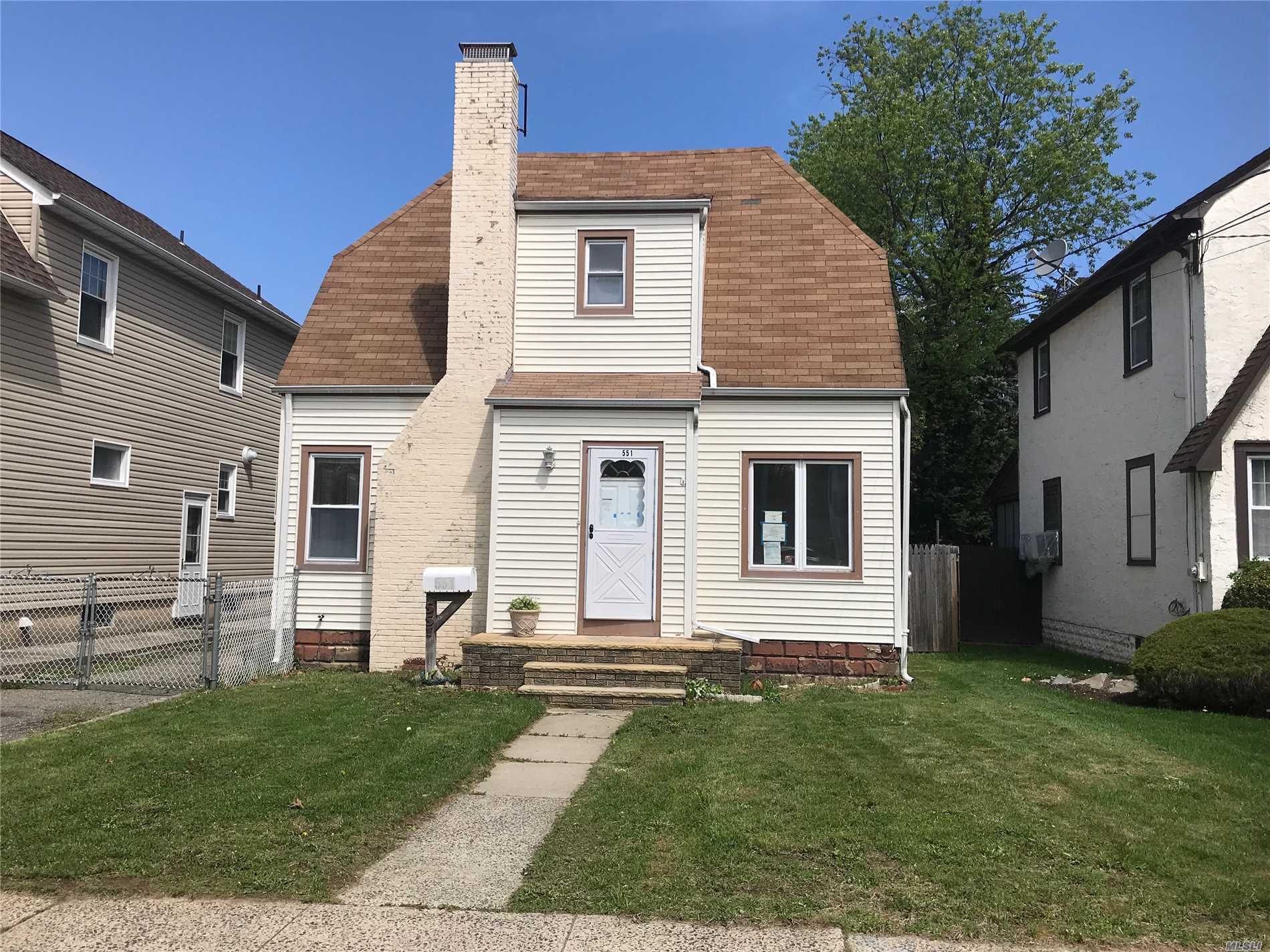 Single Family Home with seven rooms, close to schools, shopping centers and public transportation. Perfect opportunity to won a single family residential home at a very affordable price!