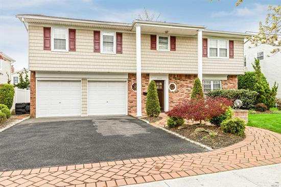THE HOME YOU HAVE BEEN WAITING FOR... PRISTINE SPLANCH ON A LOVELY BLOCK IN HEART OF SOUTH BELLMORE. UPDATED KITCHEN AND BATHS, OVER-SIZED BEDROOMS, GRAND MASTER SUITE, GREAT STORAGE, WOOD BURNING FIREPLACE, MAPLE CABINETS, SKYLIGHTS, NEWER ROOF, HEATING AND A/C.. DON'T MISS THIS ONE!!! 24 HOUR NOTICE.