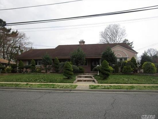Large Updated Expanded Ranch. Wood Burning Fireplace In Living Room. Oversize Two Car Garbage Modern Kitchen/Baths
