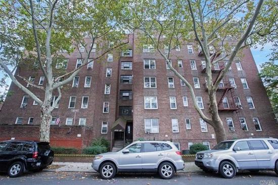 SMALL STUDIO IN ELEVATOR BUILDING, LIVE IN SUPER, LAUNDRY ROOM, PRIME LOCATION NEXT TO SHOPPING & SUBWAYS - HARDWOOD FLOORS, 4 BLOCKS TO QUEENS BLVD