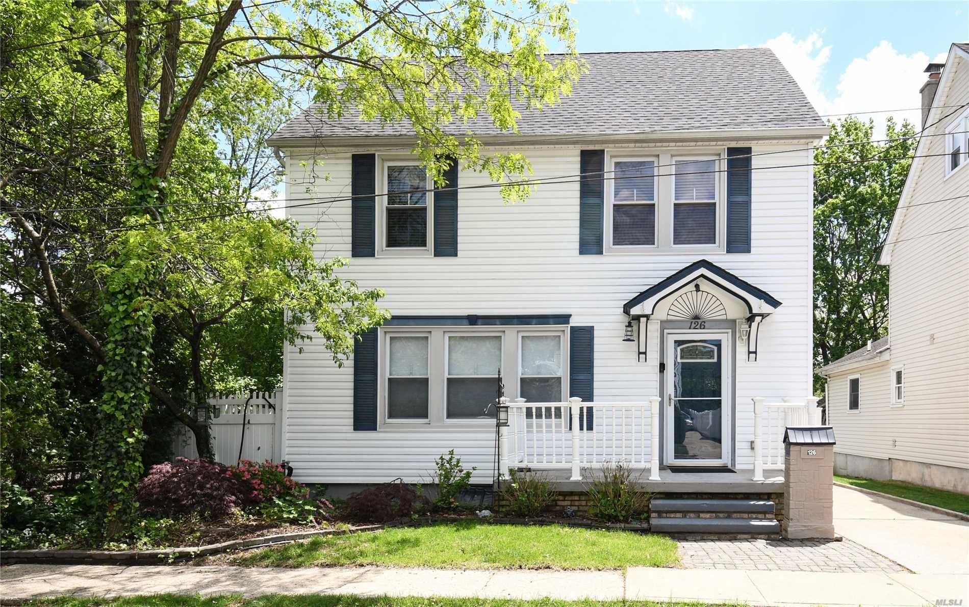 Lovely Chatlos Colonial located in the heart of Williston Park with many updates! Close to LIRR, shopping, parks, restaurants and village pool. This won't last....priced to sell.