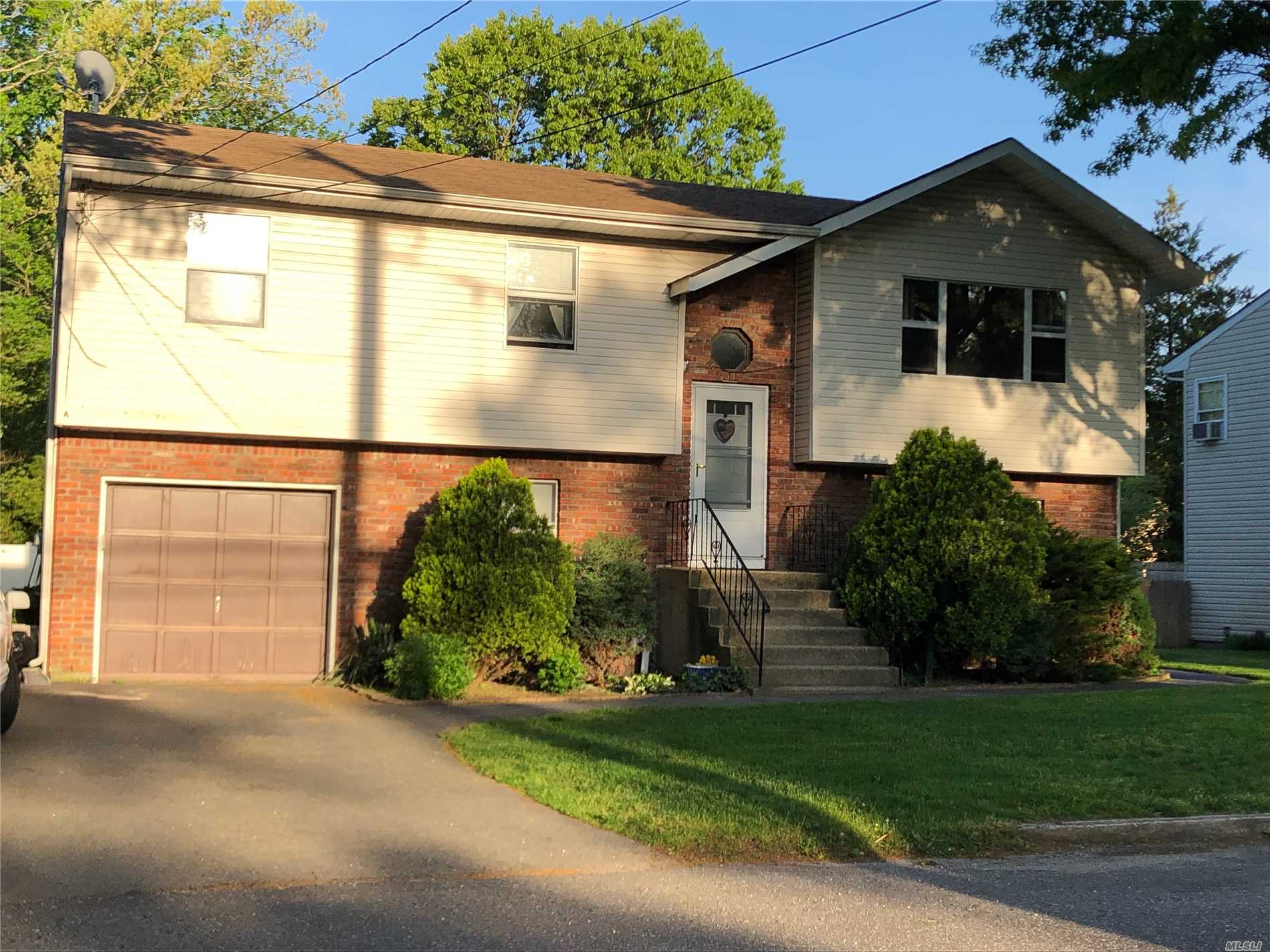 IMPECABLE 3 BEDROOMS WITH NEW CARPET AND WOOD FLOORS! NEW APPLIANCES! BRIGHT AND SUNNY!