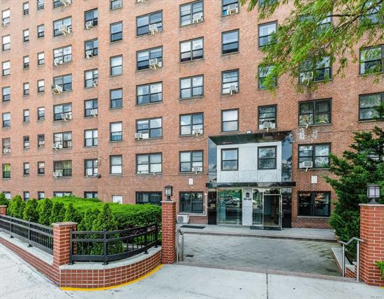 Beautifully Renovated One Bedroom Featuring Hardwood floors throughout, Stainless Steel Appliances, and Custom Closets. Amenities include 24 Hour Security, Gym, Playground and Outdoor Garden. Convenient to all Subways, Buses and Shopping.