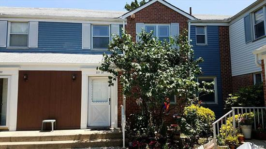 Great Condo in the Desirable Parkridge Development In Oakland Gardens of Bayside*Huge Space w/ 3 Bedrooms*EIK*Formal Dining Room* Shiny Hardwood Flooring Throughout*Close to All Major Roadways*Public Transportation*Shopping*This Unit is Priced To Sell Fast*Must See!