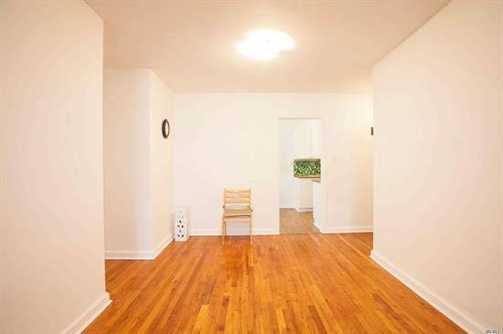 LARGE 2BR 1.5 BATH CORNER UNIT-SUNNY AND BRIGHT-EAT IN KITCHEN-APARTMENT IS IN MOVE IN CONDITION-LOTS OF CLOSETS-NEAR TRANSPORTATION, SHOPS AND SCHOOLS-SHORT WALK TO AUSTIN STREET STORES RESTAURANTS AND THE TENNIS STADIUM